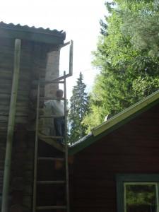 Inspektion av ränndalen i taket efter läckage
